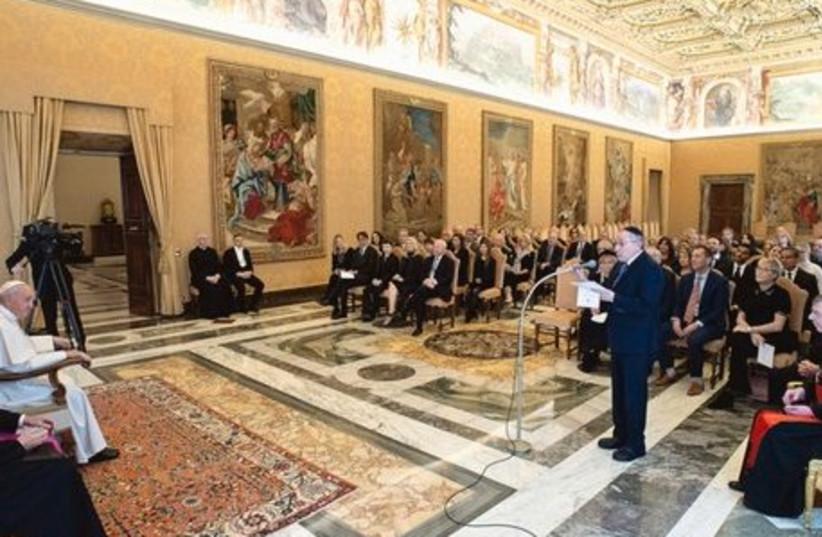 Délégation du Centre Simon Wiesenthal à la veille du 75e anniversaire de la libération d'Auschwitz avec le pape François (crédit photo: SIMON WIESENTHAL CENTER)