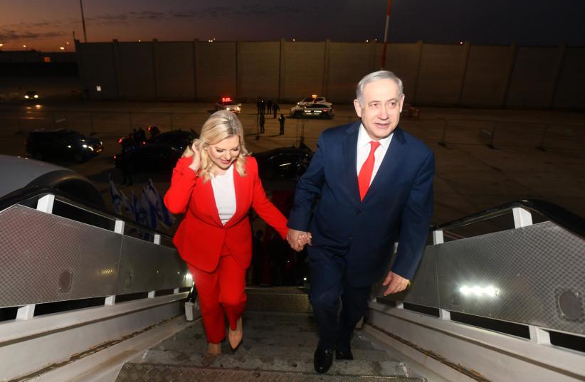 Prime Minister Benjamin Netanyahu and his wife Sara boarding the plane to Uganda (photo credit: HAIM ZACH/GPO)