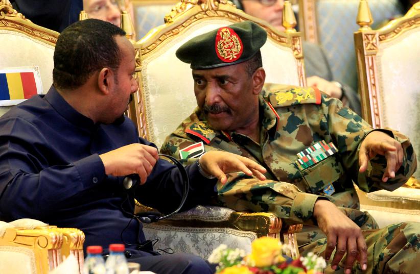 Le chef du Conseil militaire de transition du Soudan, le lieutenant-général Abdel Fattah Al-Burhan, s'entretient avec le Premier ministre éthiopien Abiy Ahmed lors de la signature d'un accord de partage du pouvoir à Khartoum, au Soudan, le 17 août 2019 (crédit photo: REUTERS / MOHAMED NURELDIN ABDALLAH)