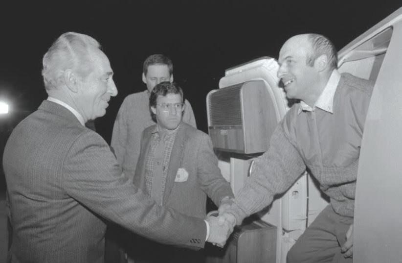 Israeli Foreign Minister Shimon Peres greets Natan Sharansky on his arrival in Israel, February 1986 (photo credit: NATI HARNIK/GPO)