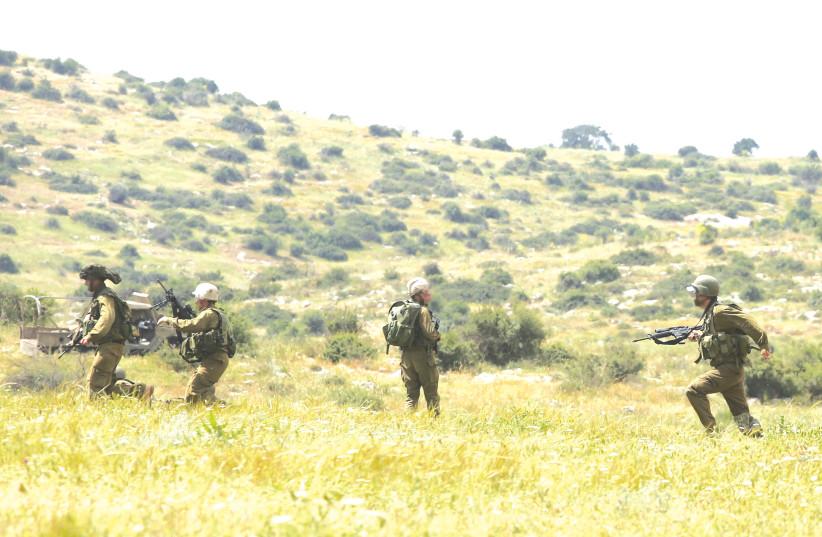 Troupes de Tsahal lors d'un exercice d'entraînement - «Dans une situation où Israël fait face à plusieurs fronts, nous devons encore décider ... quelle est la priorité.  C'est un problème difficile.  (crédit photo: MARC ISRAEL SELLEM / THE JERUSALEM POST)
