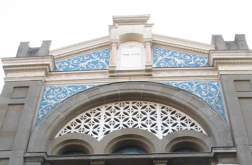 O frontão da principal sinagoga de Milão, Itália (crédito da foto: WIKIMEDIA COMMONS / JTA)