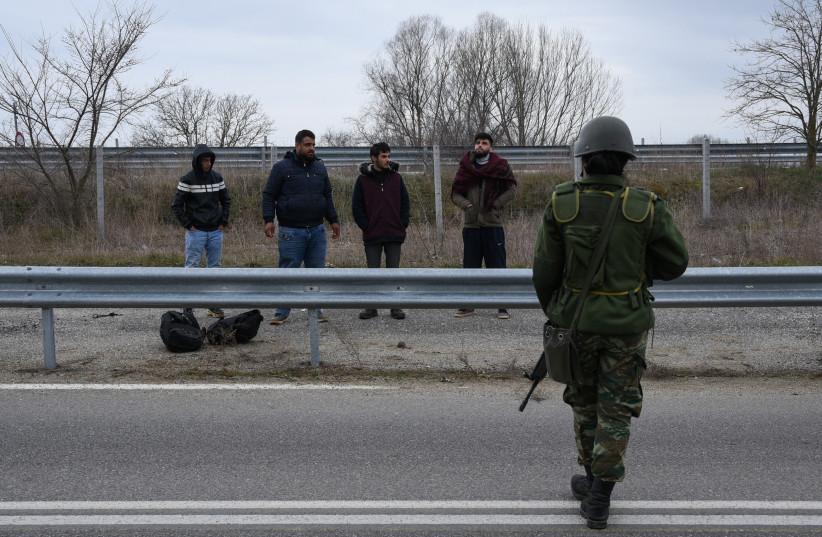 Des réfugiés syriens qui ont franchi les frontières terrestres entre la Grèce et la Turquie, sont détenus par des soldats grecs près de la ville de Soufli, en Grèce, le 4 mars 2020. (crédit photo: ALEXANDROS AVRAMIDIS / REUTERS)