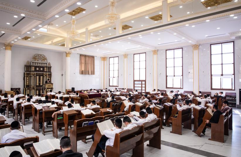Rabbi Baruch Mordechai Ezrachi delivers a torah lesson at Ateret Yisrael Yeshiva in Jerusalem, November 19, 2019. (photo credit: AHARON KROHN/FLASH90)