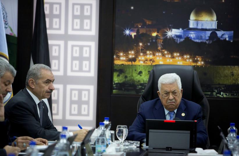 Le président palestinien Mahmoud Abbas préside une session de la réunion hebdomadaire du cabinet avec le Premier ministre palestinien Mohammad Shtayyeh, à Ramallah (crédit photo: REUTERS)