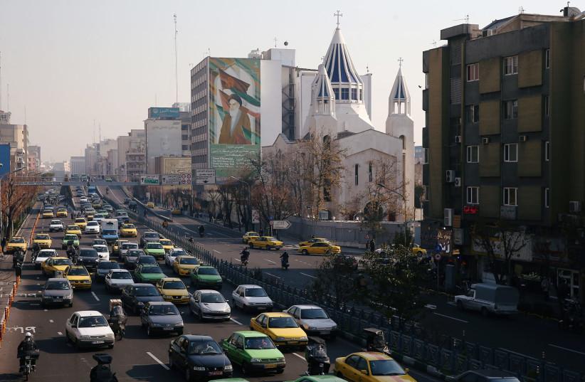 La cathédrale Saint-Sarkis et un bâtiment avec une fresque du défunt chef iranien Ayatollah Ruhollah Khomeini à Téhéran, Iran, 21 décembre 2019 (crédit photo: NAZANIN TABATABAEE / WANA VIA REUTERS)