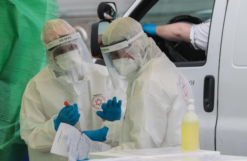 O serviço nacional de emergência israelense Magen David Adom em um complexo de testes de coronavírus em Bnei Brak em 1 de abril de 2020. (crédito da foto: YOSSI ZAMIR / FLASH90)