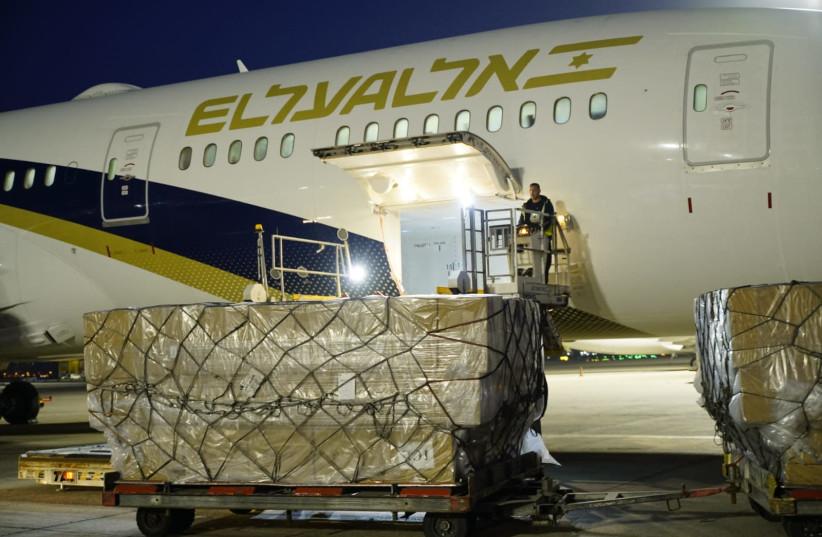 Un avion cargo El Al arrive de Chine avec des fournitures médicales pour lutter contre l'épidémie de coronavirus, aéroport Ben Gourion, 6 avril 2020 (crédit photo: EL AL / MINISTÈRE DE LA DÉFENSE)