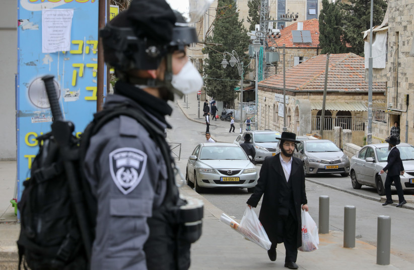 A policeman stands guard in Jerusalem's Mea Shearim neighborhood (photo credit: MARC ISRAEL SELLEM)