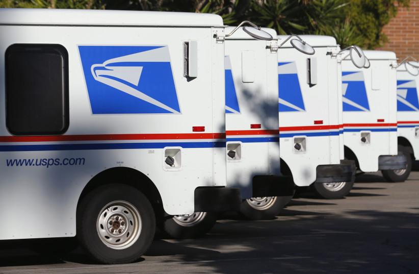 Des camions du service postal américain sont stationnés au bureau de poste de Del Mar, en Californie (crédit photo: REUTERS)