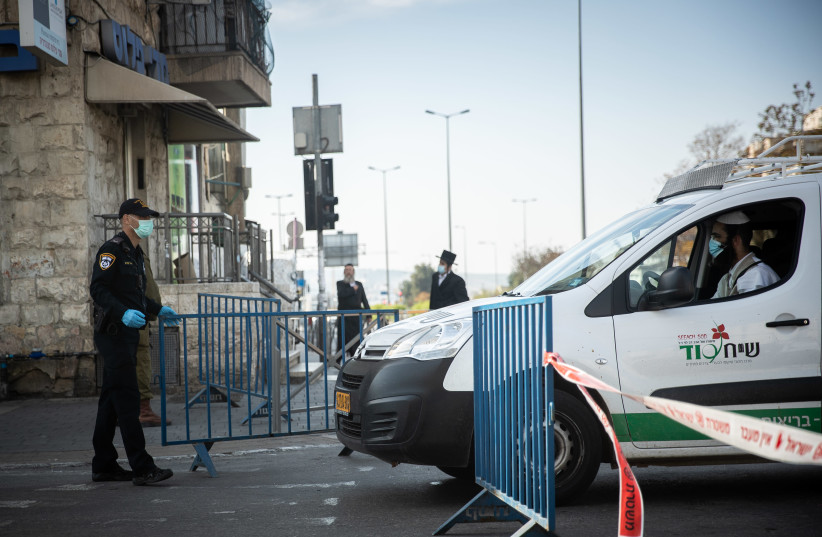 "Israeli Police and soldiers at a temporary ""checkpoint"" at Bar Ilan junction in Jerusalem, April 13, 2020, (photo credit: YONATAN SINDEL/FLASH 90)"
