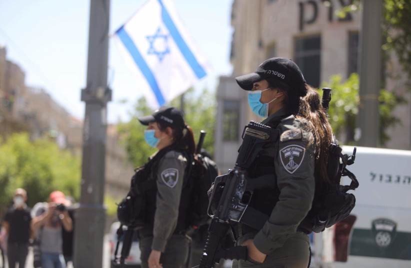 Israel Border Police stop as the siren rings out across Israel to mark Yom Hazikaron, April 28, 2020 (photo credit: MARC ISRAEL SELLEM/THE JERUSALEM POST)