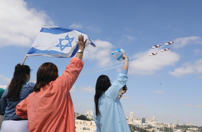 Le personnel du centre médical Shaare Zedek de Jérusalem salue le survol de l'IAF le jour de l'indépendance.  (crédit photo: MARC ISRAEL SELLEM / THE JERUSALEM POST)