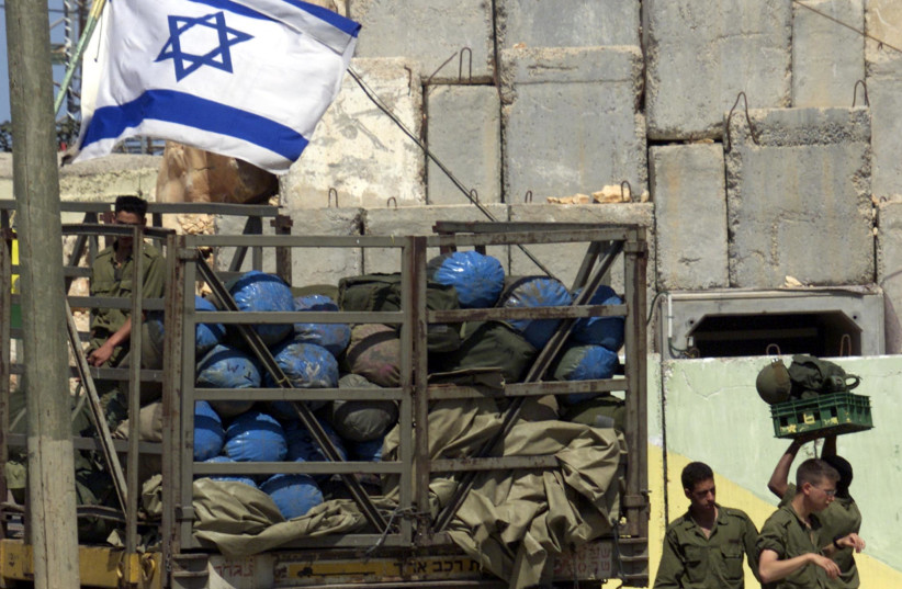 IDF SOLDIERS pack their bags as troops prepare to leave the Lebanon border, on May 17, 2000 (photo credit: HL/WS/REUTERS)