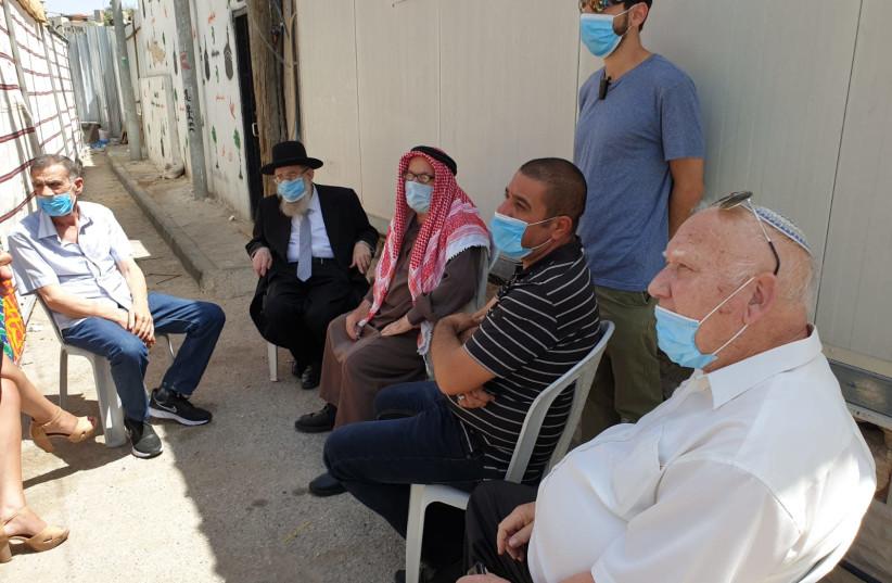Le grand rabbin de Jérusalem, Aryeh Stern, rend visite aux parents d'Iyad al-Halak qui a été tué samedi par la police des frontières (crédit photo: BUREAU DU CHEF RABBI DE JÉRUSALEM ARYEH STERN)
