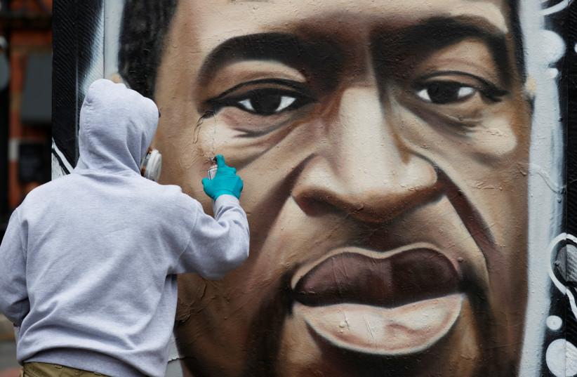 Une fresque de George Floyd décédé en garde à vue à Minneapolis est visible à Stevenson Square (crédit photo: REUTERS)