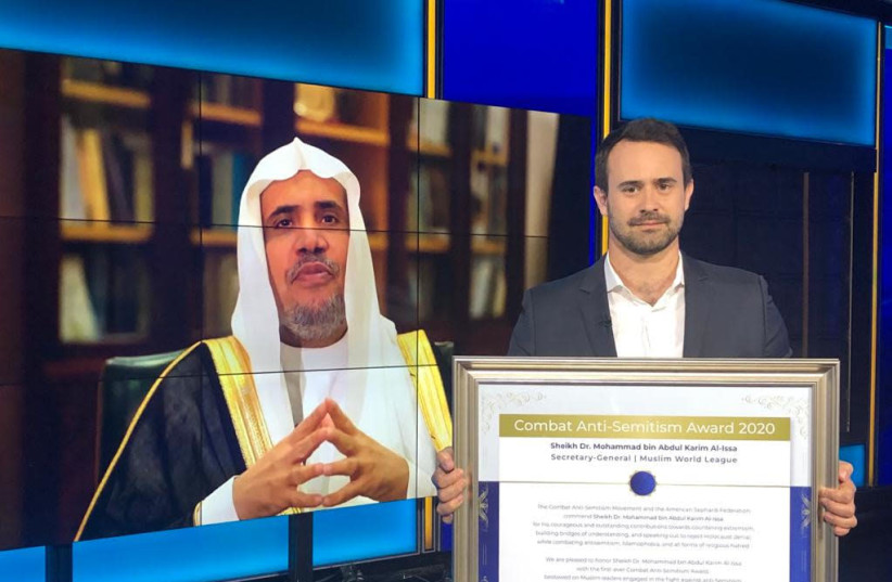 Sheikh Dr. Mohammed Al-Issa, General Secretary of World Muslim League receives an award from Sacha Roytman-Dratwa, director of the Combat Anti-Semitism Movement yesterday (photo credit: Courtesy)