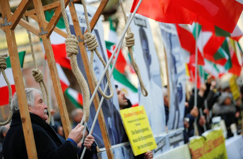 Des militants manifestent contre le gouvernement iranien devant le ministère fédéral allemand des Affaires étrangères après qu'un avion de ligne ukrainien s'est écrasé en Iran, à Berlin, en Allemagne, le 13 janvier 2020 (Crédit photo : HANNIBAL HANSCHKE/REUTERS)
