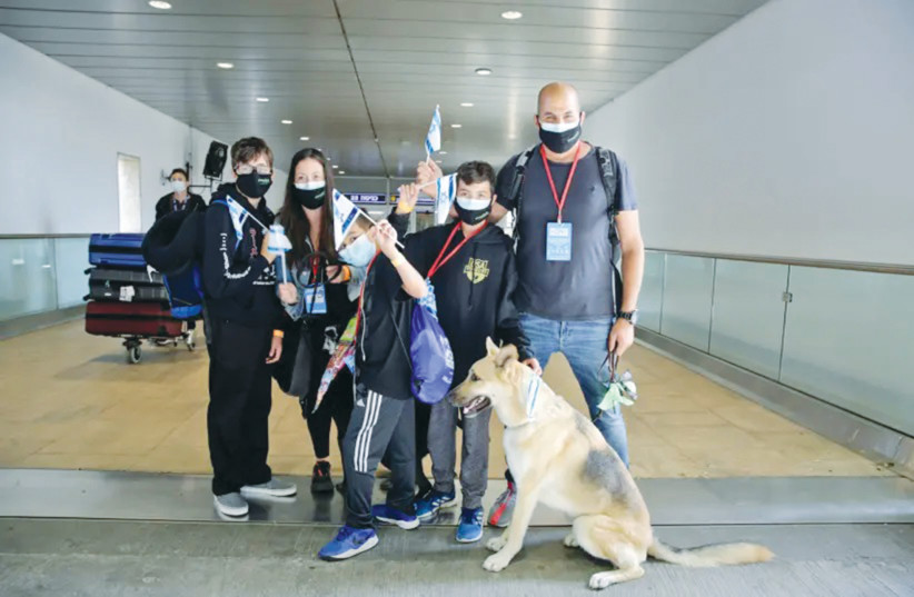 A FAMILY OF 'olim' arrive from the US during the coronavirus crisis last week. (photo credit: YONIT SCHILLER)