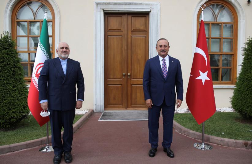 Le ministre turc des Affaires étrangères, Mevlut Cavusoglu, rencontre son homologue iranien Javad Zarif à Istanbul, Turquie le 15 juin 2020. (crédit photo: REUTERS)