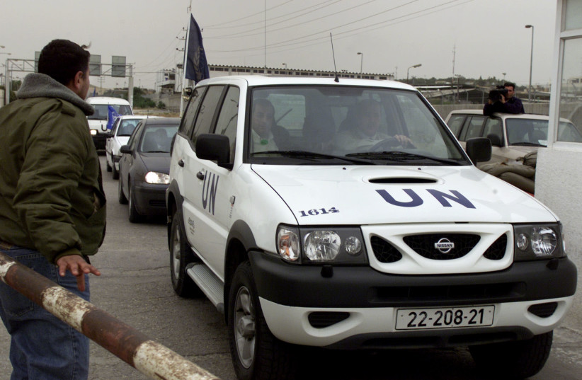 A convoy of vehicles carrying international members of the United Nations the Gaza Strip for Israel after a UN official said all international staff left Gaza over speculations of a near Israeli attack March 31, 2002 (photo credit: REUTERS/SUHAIB SALEM)