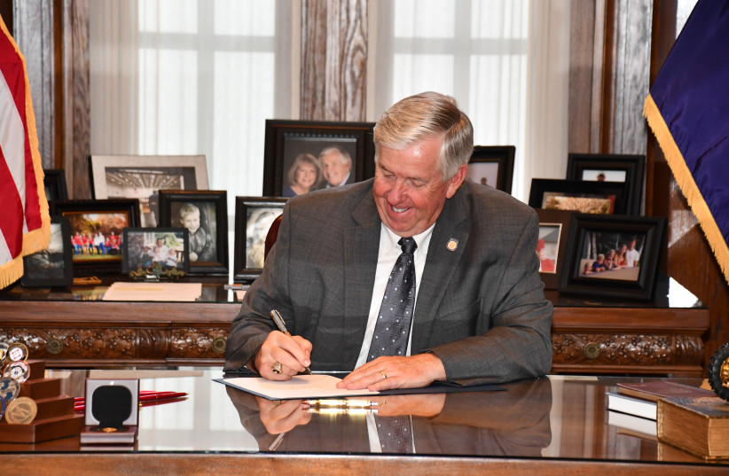 Missouri Governor Mike Parson signs an anti-BDS bill into law. July 13, 2020.  (photo credit: OFFICE OF MISSOURI GOVERNOR)
