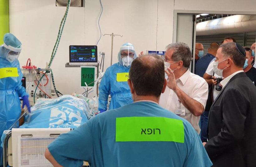 Le ministre de la Santé Yuli Edelstein visite la nouvelle unité de coronavirus du Rambam Medical Center le 21 juillet 2020 (crédit photo: courtoisie)