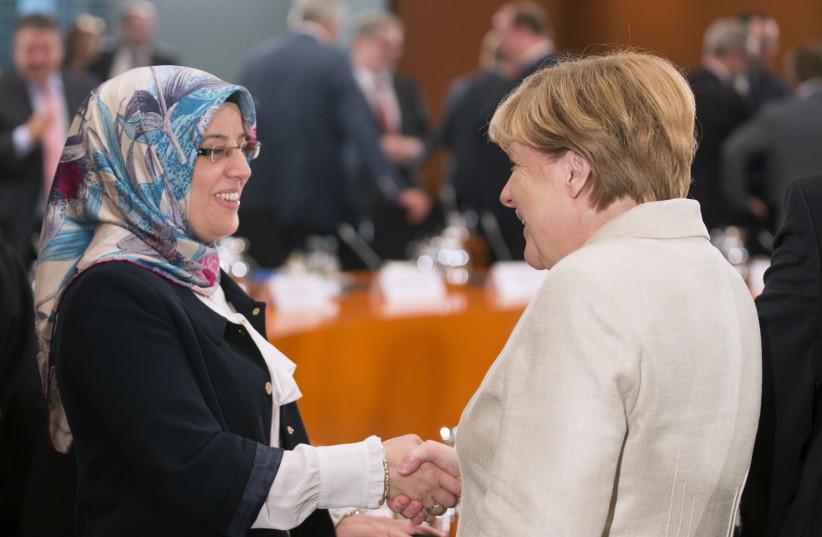 La chancelière allemande Angela Merkel s'entretient avec Nurhan Soykan, secrétaire général du Conseil central des musulmans d'Allemagne, lors d'une réunion avec des représentants d'associations d'accueil de réfugiés à la chancellerie à Berlin, Allemagne, le 29 septembre 2015 (crédit photo: AXEL SCHMIDT / REUTERS )