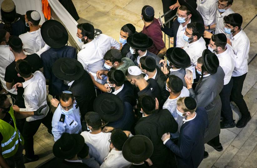 Jewish worshippers break through the barricades at the Western Wall during Tisha B'Av prayers (photo credit: OLIVIER FITOUSSI/FLASH90)