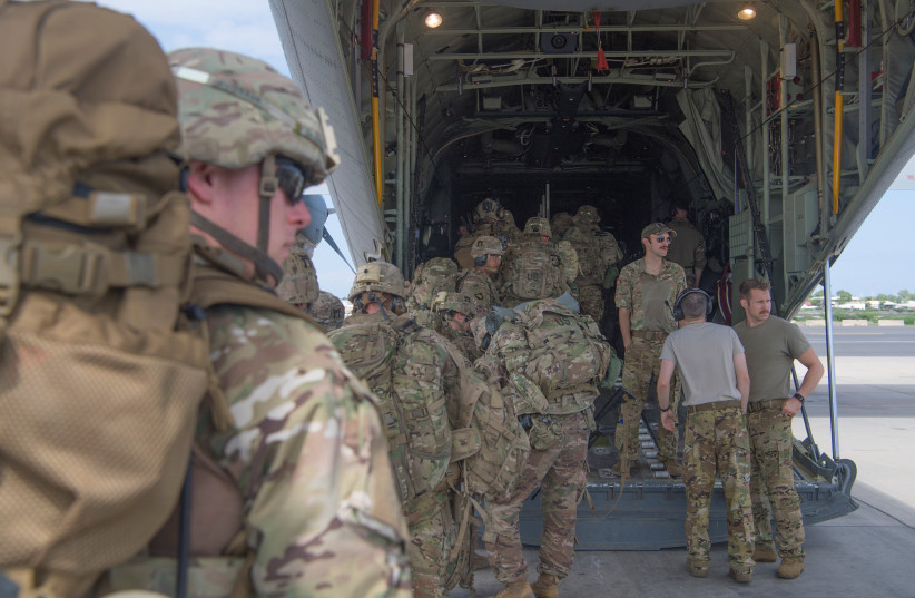 US Army soldiers, assigned to the East Africa Response Force (EARF), 101st Airborne Division on a mission to bolster the security of Manda Bay Airfield, Kenya after an attack by Somalia's al Shabaab militants that killed three Americans, board a transport plane in Camp Lemonnier, Djibouti January 5, (photo credit: REUTERS)