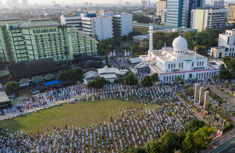An aerial picture of Indonesian Muslims offering Eid al-Adha prayers at the Great Mosque of Al-Azhar, during the outbreak of the coronavirus disease (COVID-19) in Jakarta, Indonesia, July 31, 2020 (photo credit: ANTARA FOTO/MUHAMMAD ADIMAJA/VIA REUTERS)