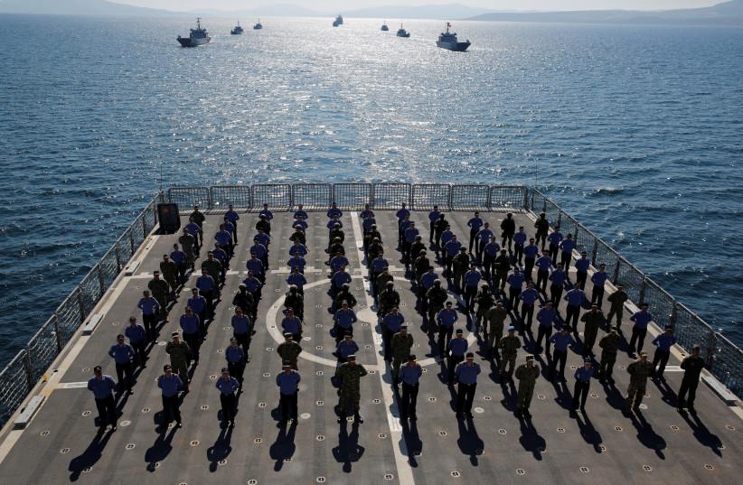 Les membres de l'équipe du char de débarquement amphibie 'TCG Bayraktar' posent après un exercice de débarquement lors de l'exercice naval Blue Homeland à Izmir Bay, Turquie, en mars 2019 (Crédit photo: REUTERS / MURAD SEZER)