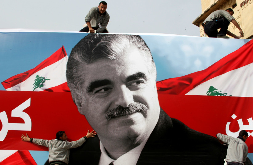 Des travailleurs préparent une affiche géante représentant l'ancien Premier ministre assassiné du Liban, Rafik al-Hariri, dans le centre-ville de Beyrouth, au Liban, le 12 février 2010 (crédit photo: REUTERS / MOHAMED AZAKIR)