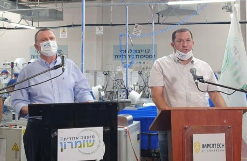 Le ministre de la Santé Yuli Edelstein (à gauche) aux côtés du chef du conseil régional de Samarie, Yossi Dagan, 18 août 2020 (crédit photo: SAMARIA REGIONAL COUNCIL)