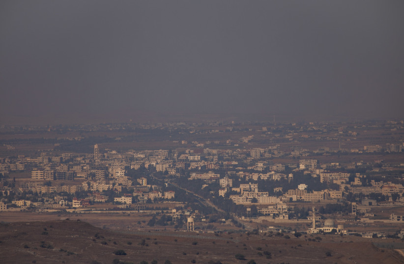 Vue de la nouvelle Quneitra vue du mont Bental, à la frontière israélo-syrienne, sur les hauteurs du Golan, le 22 août 2020 (crédit photo : YONATAN SINDEL/FLASH90)