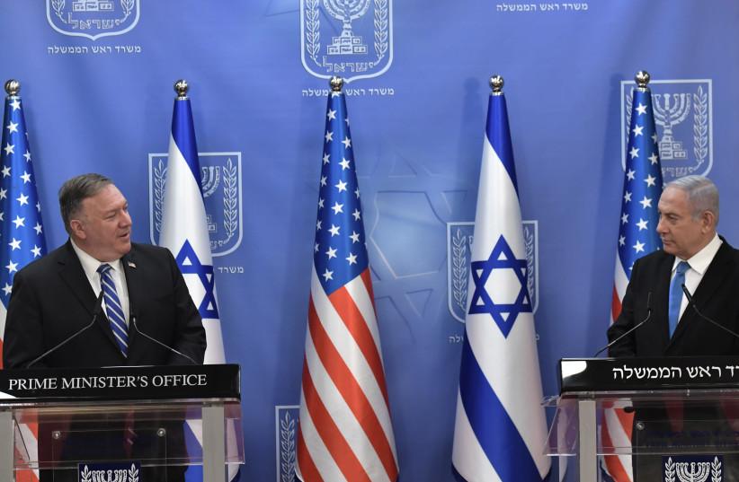 Le secrétaire d'État américain Mike Pompeo rencontre le Premier ministre Benjamin Netanyahu dans le cadre d'une visite de cinq jours dans la région, le 24 août 2020 (crédit photo: KOBI GIDEON / GPO)