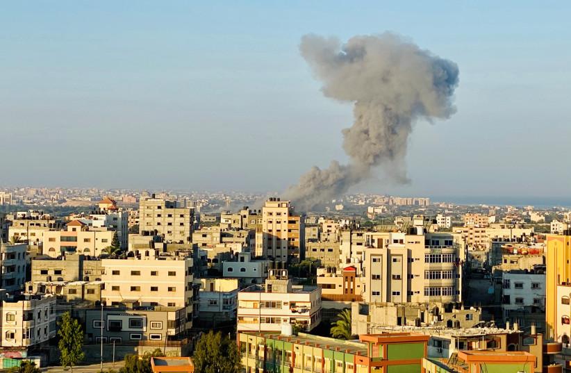 La fumée monte à la suite d'une frappe aérienne israélienne dans la bande de Gaza le 28 août 2020 (crédit photo: REUTERS / MOHAMMED SHANA)