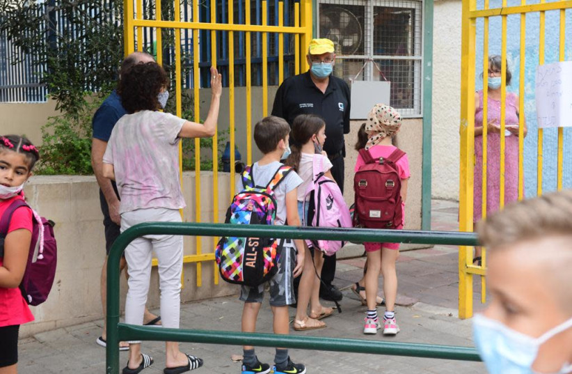 Israelis return to school amid coronavirus concerns, September 1, 2020 (Credit: AVSHALOM SASSONI / MAARIV)