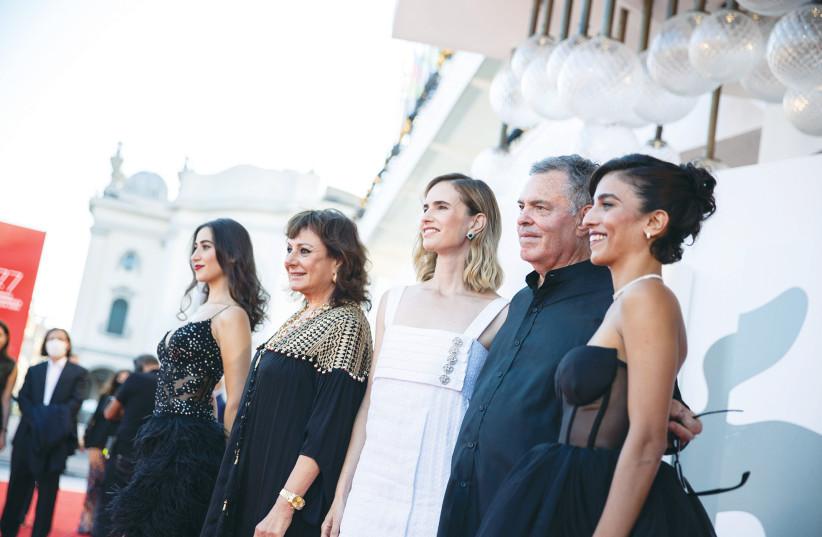 AMOS GITAI with his cast. (photo credit: LA BIENNALE DI VENIZIA/ASAC/JACOPO SALVI)