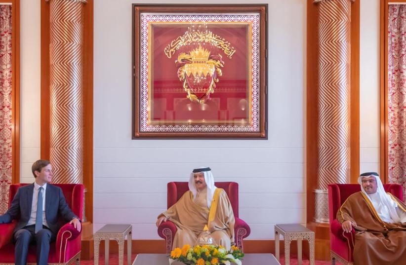 Le conseiller principal du président américain Jared Kushner (L) rencontre le roi de Bahreïn Hamad bin Isa Al Khalifa (C) et le prince héritier de Bahreïn Salman bin Hamad Al Khalifa (R) lors de sa visite à Manama, Bahreïn, le 1er septembre 2020 (crédit photo: BAHREIN AGENCE DE PRESSE / DOCUMENT VIA REUTERS)