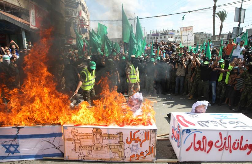 Hamas members burn a coffin draped in an Israeli flag, rally marking 13th anniversary of Second Intifada, 2013 (photo credit: ABED RAHIM KHATIB/FLASH90)