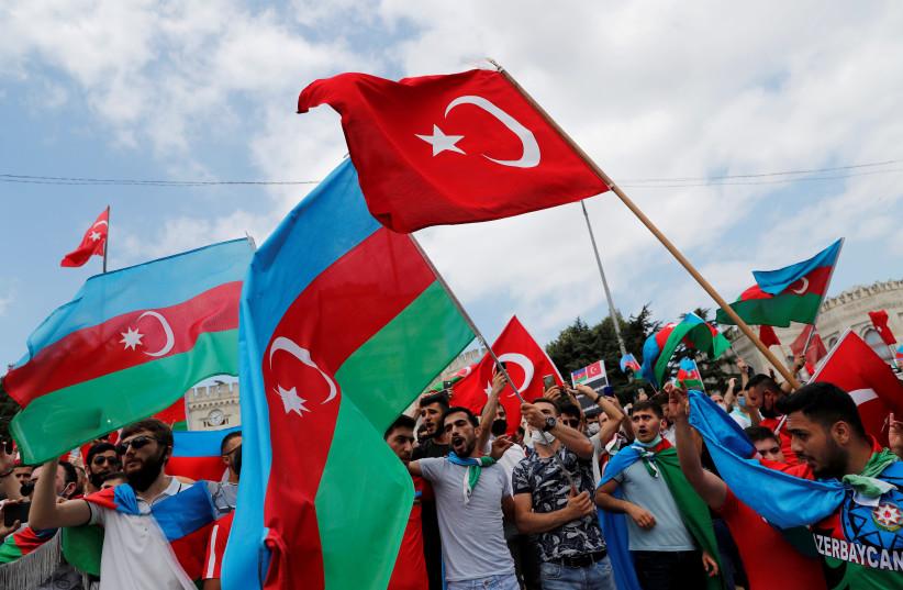 PHOTO DE DOSSIER: Des hommes azéris vivant en Turquie agitent des drapeaux de la Turquie et de l'Azerbaïdjan lors d'une manifestation à la suite d'affrontements entre l'Azerbaïdjan et l'Arménie, à Istanbul, Turquie, le 19 juillet 2020 (crédit photo: REUTERS / MURAD SEZER / FILE PHOTO)