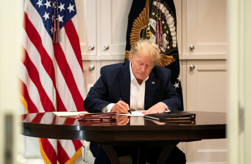 Le président américain Donald Trump travaille dans la suite présidentielle tout en recevant un traitement après avoir été testé positif pour la maladie à coronavirus (COVID-19) au centre médical militaire national Walter Reed à Bethesda, Maryland, États-Unis, le 3 octobre 2020 (crédit photo: JOYCE N.BOGHOSIA / LA MAISON BLANCHE / DOCUMENT VIA REUTERS)