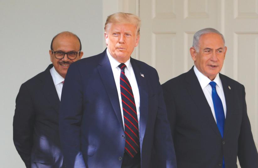 Le président américain Donald Trump se promène avec le Premier ministre Benjamin Netanyahu et le ministre des Affaires étrangères des Émirats arabes unis Abdullah bin Zayed à la Maison Blanche à Washington le 15 septembre (crédit photo: REUTERS)