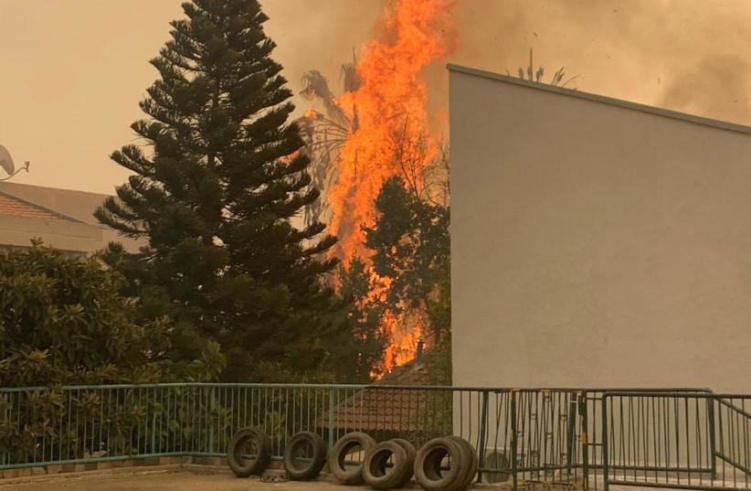 Un incendie engloutit une maison dans la ville de Nof HaGalil, le 9 octobre 2020 (crédit photo: UNITÉ DE LA POLICE SPOKESPERSON'S UNIT)