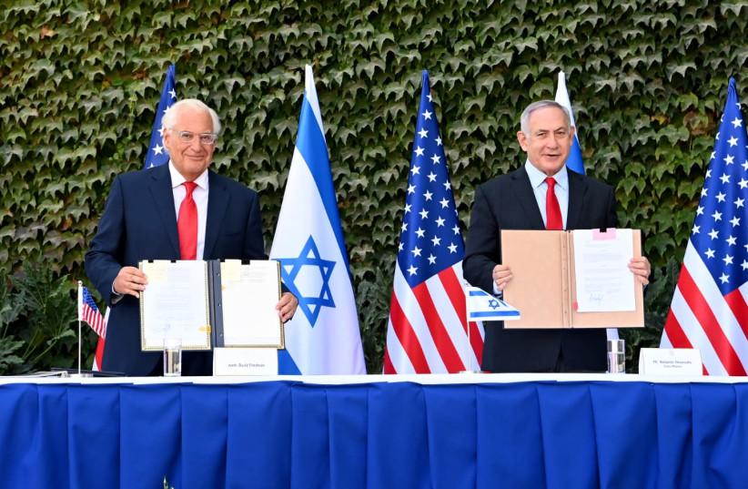 L'ambassadeur américain en Israël David Friedman et le Premier ministre Benjamin Netanyahu lors d'une cérémonie de signature de nouvelles versions de trois accords de coopération en matière de recherche, Université Ariel, 28 octobre 2020 (crédit photo: MATTY STERN / AMBASSADE DES ÉTATS-UNIS JERUSALEM)