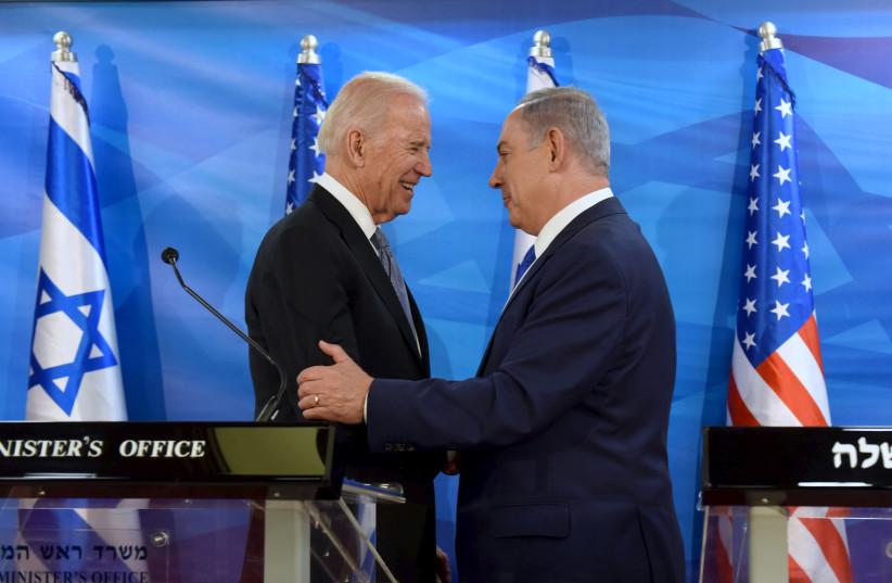 Le vice-président américain Joe Biden (à gauche) serre la main du Premier ministre israélien Benjamin Netanyahu alors qu'ils font des déclarations conjointes lors de leur réunion à Jérusalem le 9 mars 2016 (crédit photo: REUTERS / DEBBIE HILL / POOL)