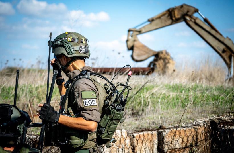 Les troupes de Tsahal près de l'emplacement des engins piégés exposés. (crédit photo: UNITÉ DE PORTE-PAROLE DE L'IDF)
