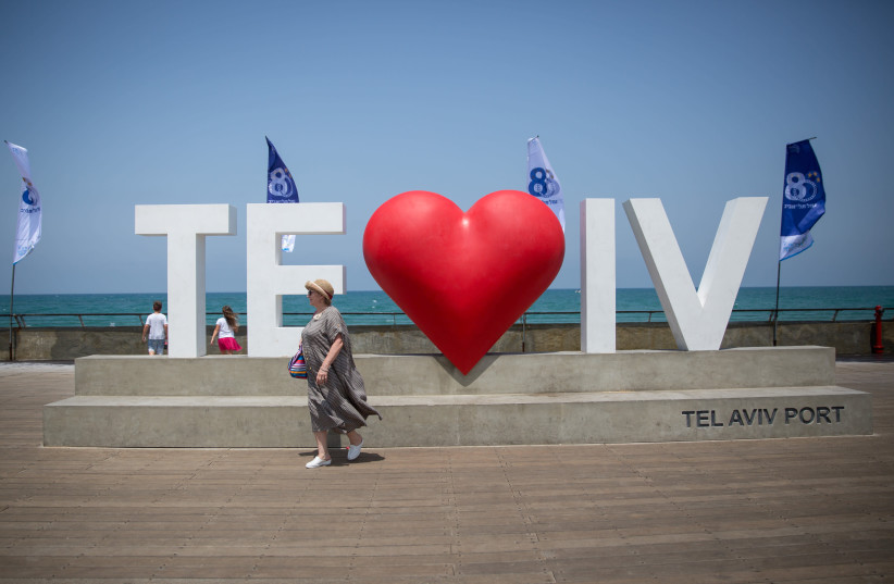 WHAT WE need now: Love in Tel Aviv. (photo credit: MIRIAM ALSTER/FLASH90)