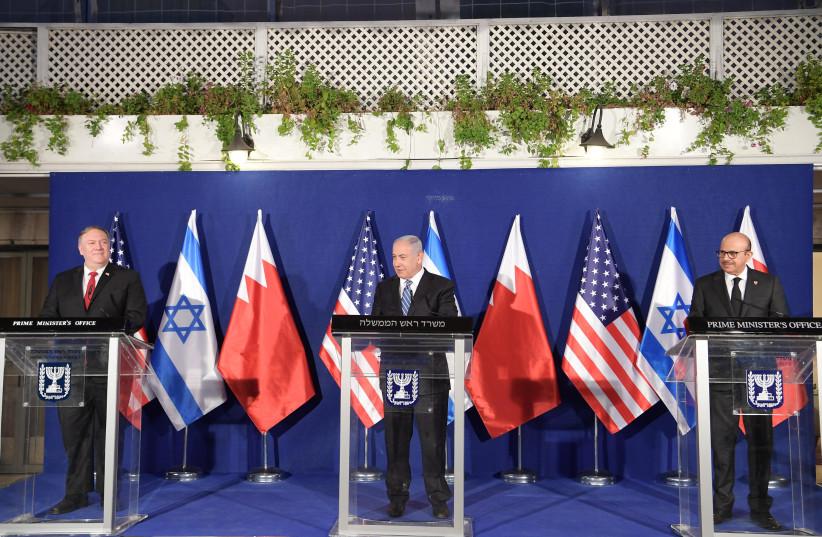 Le Premier ministre Benjamin Netanyahu (au centre) accueille le secrétaire d'État américain Mike Pompeo (à gauche) et le ministre bahreïni des Affaires étrangères Abdullatif bin Rashid Al Zayani lors d'une réunion trilatérale à Jérusalem.  (crédit photo: AMOS BEN-GERSHOM / GPO)